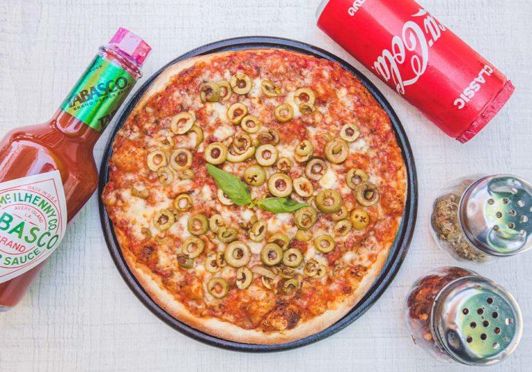 פיצה משפחתית עם זיתים ירוקים ופחית קולה